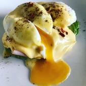 Reposted from @midiacetogenico DESAYUNO Huevos Benedictinos, con palta, jamón, huevo ponchado/ escalfado y salsa holandesa. También un café negro de grano.La salsa holandesa es una mayonesa hecha con yemas y mantequilla derretida. Para la salsa •En un vaso de #minipimer poner 3 yemas un poco de sal y jugo de limón. •Derretir 125g de mantequilla •Procesar agregando la mantequilla muy de a poco, hasta que llegues a la consistencia que te guste, entre más mantequilla, más consistencia...más firme la salsa.Para los huevos escalfados •En una olla poner a hervir agua, cuando llegue a ebullición bajar el fuego y agregar un poco de vinagre blanco. •Abrir 1 huevo en pocillo o taza cuidando no romper la yema. •Volvemos a la olla ...revolver el agua y crear un remolino y en el centro de este vertemos muy suavemente el huevo, el agua envolverá el huevo y le dará la forma. •Esperar hasta que la clara esté firme, sacar el huevo del agua (yo uso un colador chico) y ponerlo en papel absorbente.#lchf #lowcarnhighfat #ketogenic #ketogenicdiet #keto #ceto #cetogenica #alimentacioncetogenica #everydayketo #midiacetogenico #realfood #comidadeverdad #ketoideas #ketobreakfast #ketobreakfastideas #ketodesayuno #ideasketo #huevosbenedictinos #benedicteggs #benedict #eggsbenedict